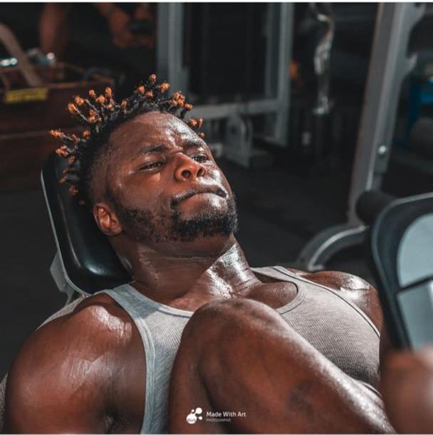 homme-muscle1 Voici l'homme le plus musclé au Sénégal (3 photos)