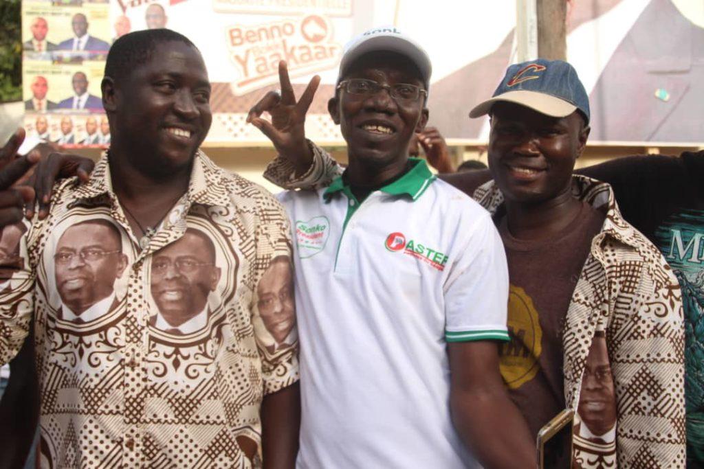Macky-Sall-et-ceux-de-Ousmane-Sonko-1-1024x683 Présidentielle: Les militants de Sonko et Macky Sall posent ensemble! (photos)