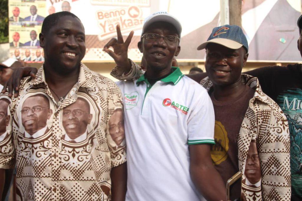 Macky-Sall-et-ceux-de-Ousmane-Sonko-2-1024x683 Présidentielle: Les militants de Sonko et Macky Sall posent ensemble! (photos)