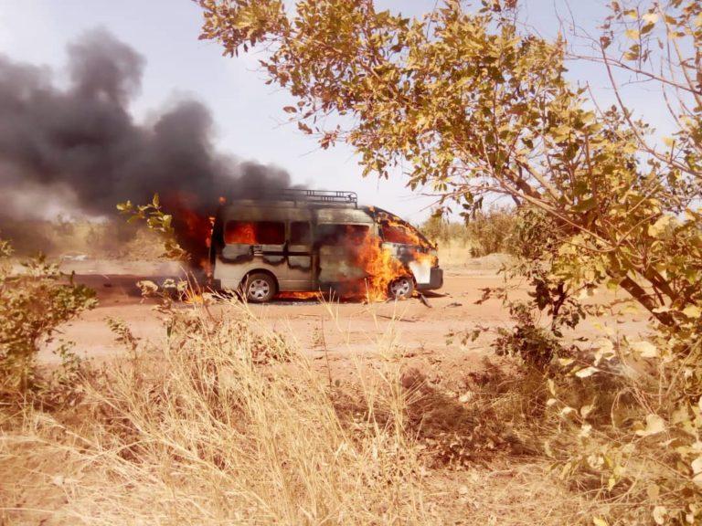 teus-5 Tamba : Voici la Voiture de Pur et Le minicar qui transportait les journalistes (08 Photos)