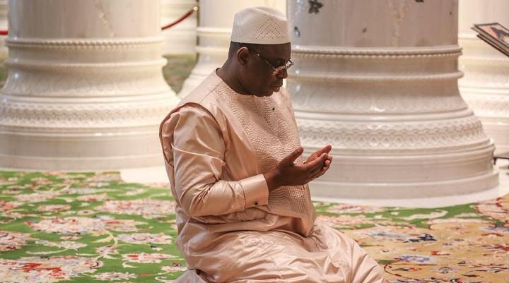 macky-sall-1-Copie (Vidéo) La prière du président Macky Sall qui fait le buzz à Abu Dhabi…