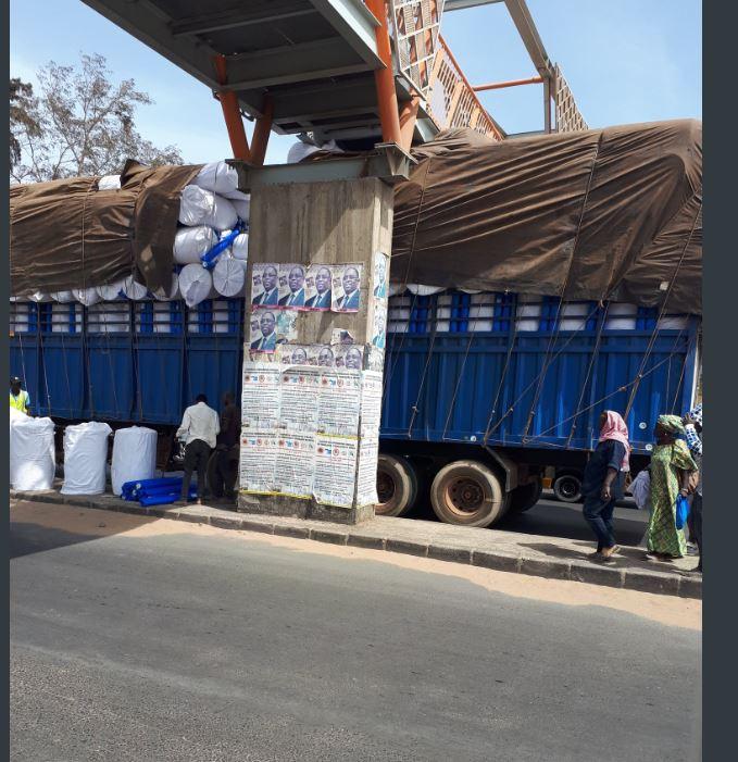 33724415-31002081 Un camion surchargé heurte la passerelle de Sicap Mbao (Vidéo)