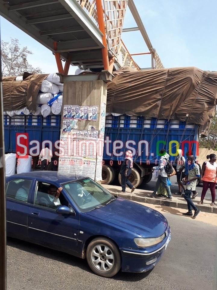 60332572_439127693487451_7040351215267348480_n Un camion surchargé heurte la passerelle de Sicap Mbao (Vidéo)
