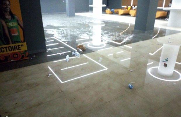 dakar_arena-eau_01-620x400 Arrêt sur images - Dakar Aréna : Le hall des Vip inondé par la pluie (photos)